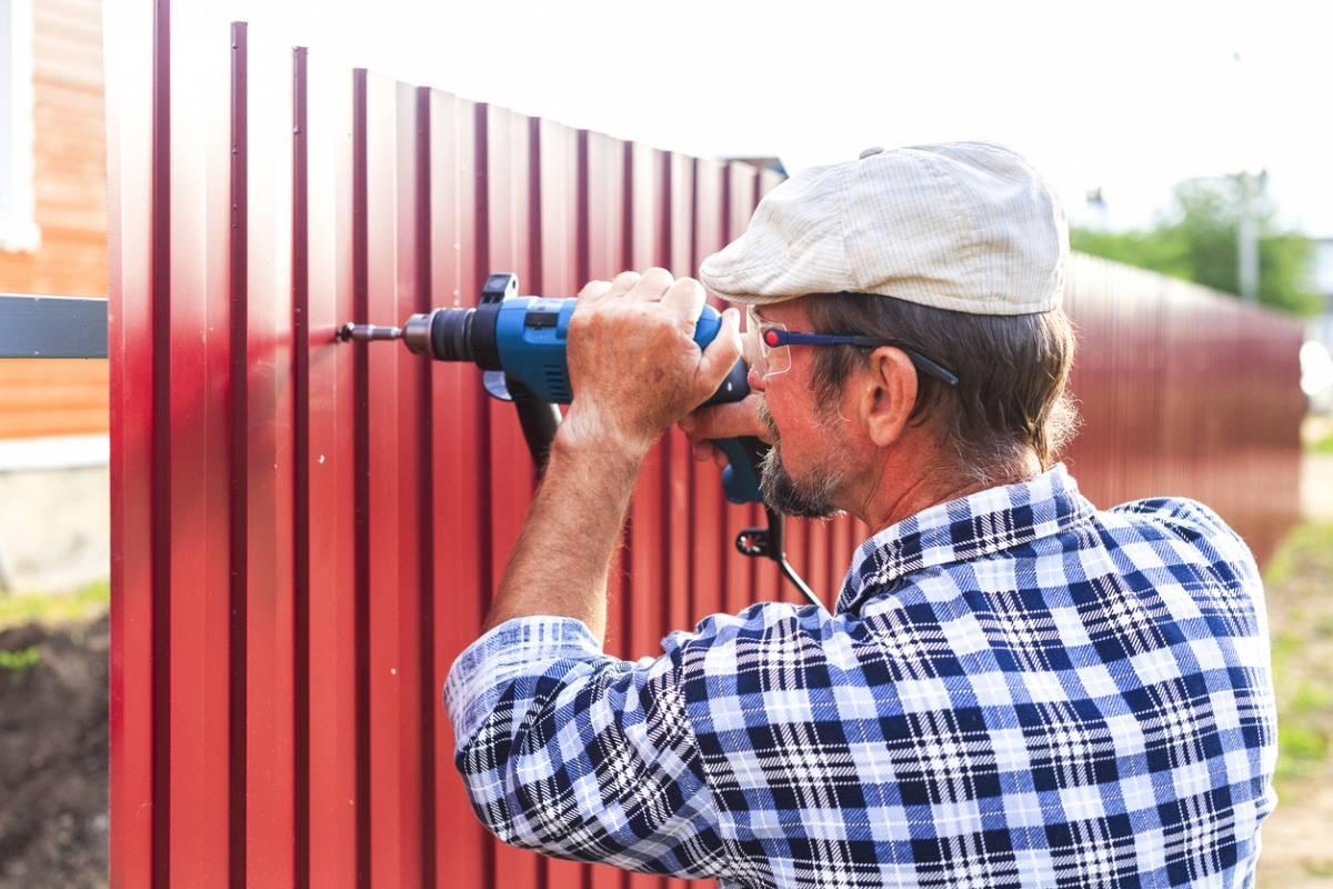 Pourquoi engager un senior pour les petits travaux ou le bricolage est avantageux ?